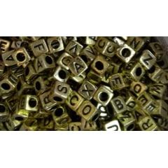 Letrinhas quadradas 06mm Dourada em ABS com 50G ( mais ou menos 350 letrinhas)